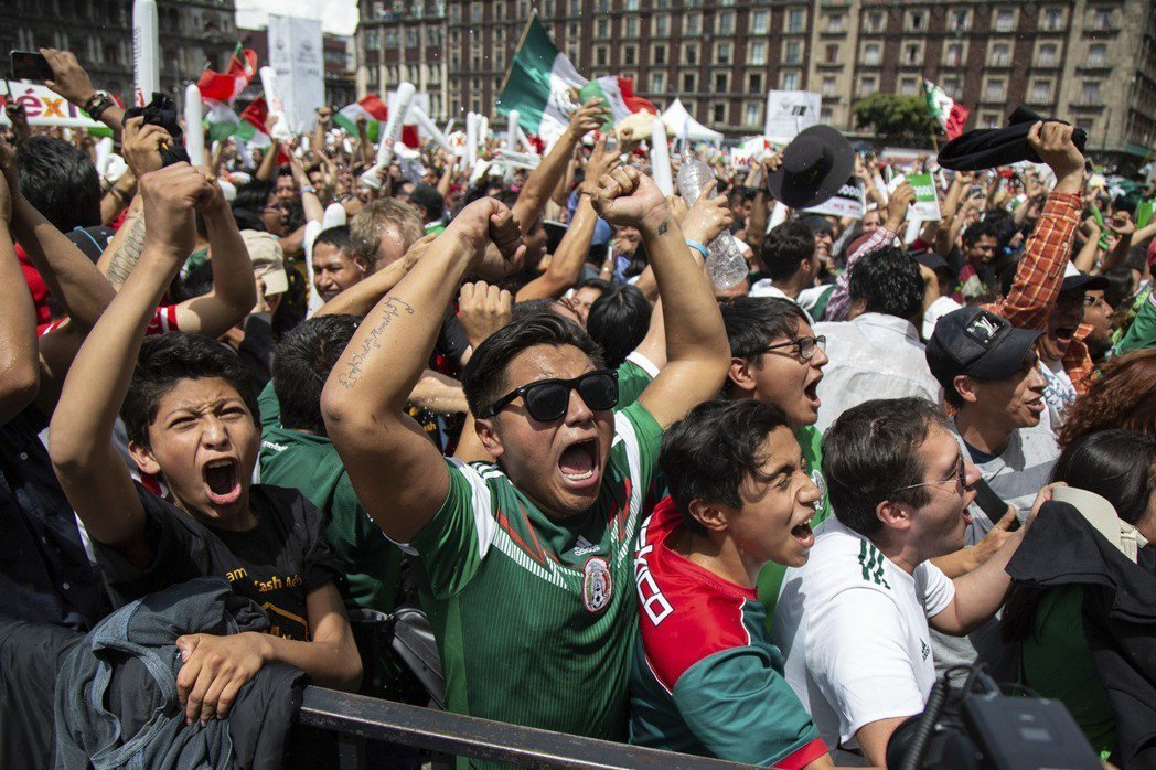 墨西哥在第35分鐘破門成功的瞬間,球迷歡聲雷動,激動的上下跳動,在墨西哥造成一場...