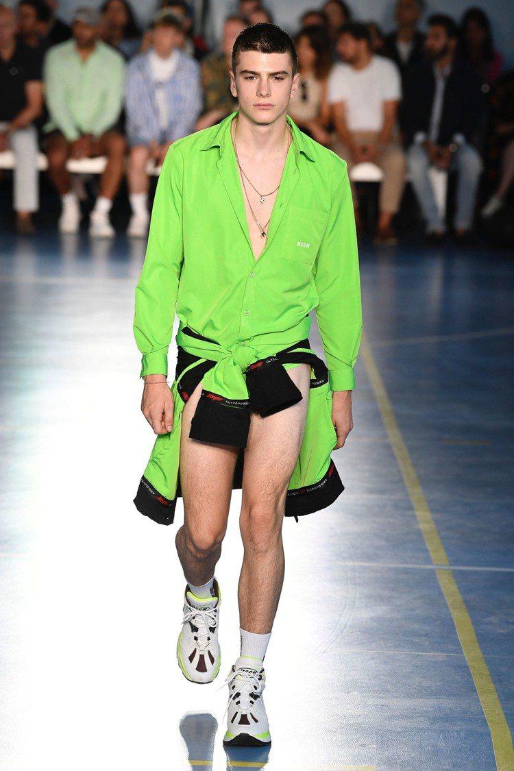 三角泳褲換搭螢光綠寬鬆襯衫,不停的展示了本季MSGM的男裝靈感源自80年代氛圍。...