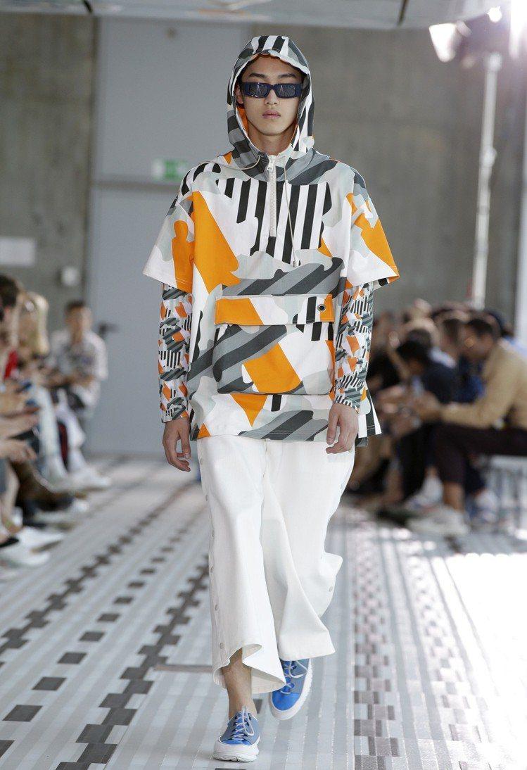 條紋拼接幾何色塊的連帽休閒衫,讓SUNNEI的系列帶有時髦感同時兼具實穿性。圖/...