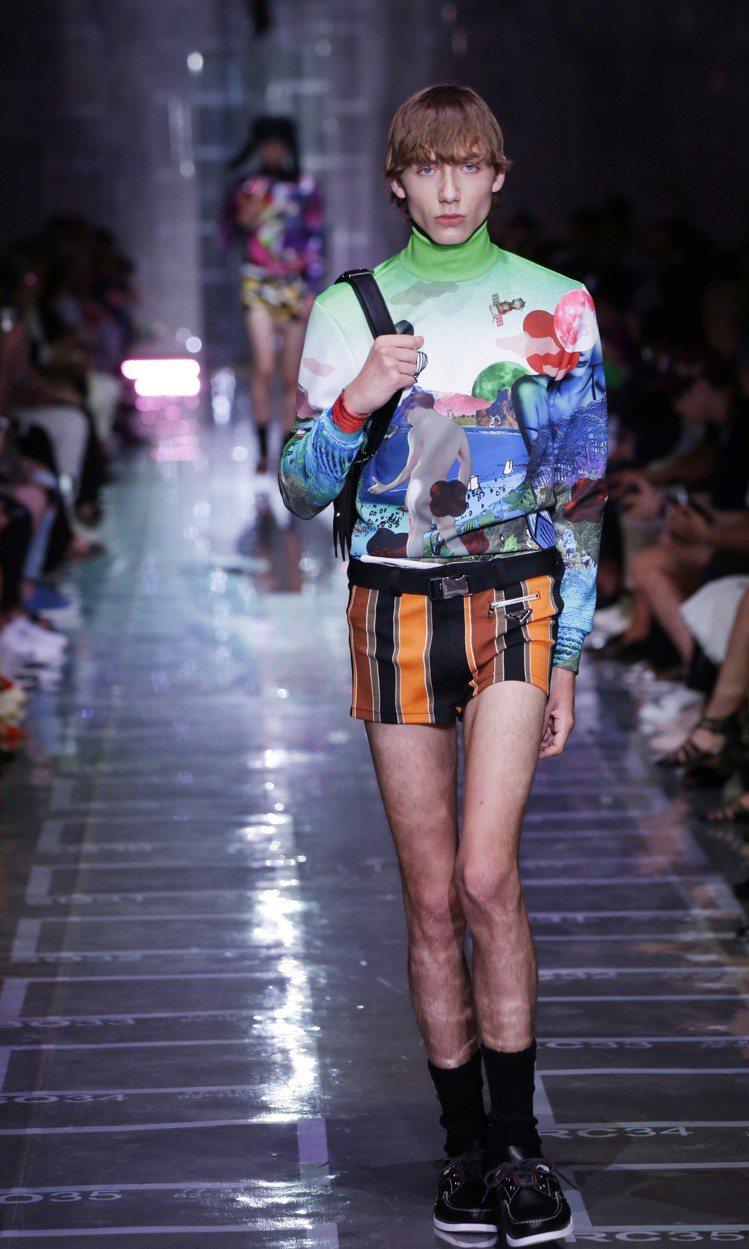 PRADA以膝上短褲,搭配了高領印花針織衫,古怪裡帶有造型上的趣味。圖/美聯社