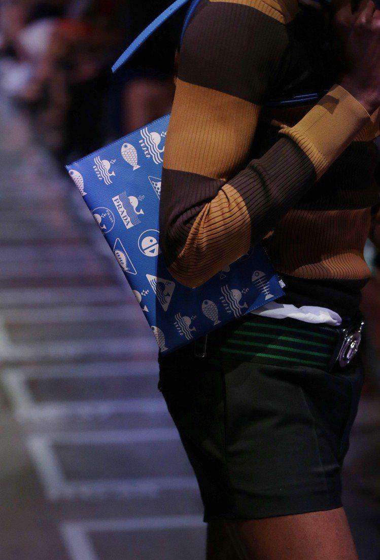PRADA本季男性包款造型以可上肩的中小型皮革扁包為主,搭配上全新的概念的LOG...