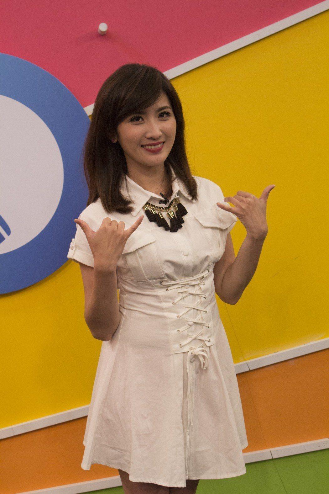 中視主播方彥迪主持「星聞6一播」。圖/中視提供