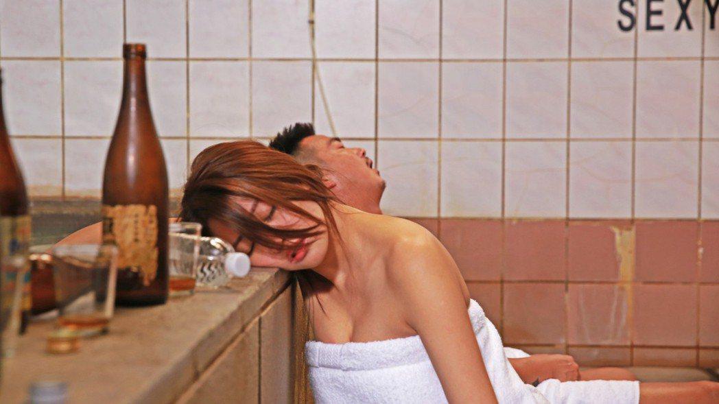 賴琳恩演出「美男魚澡堂」,拍攝一場意外在浴室滑倒戲。圖/KKTV提供