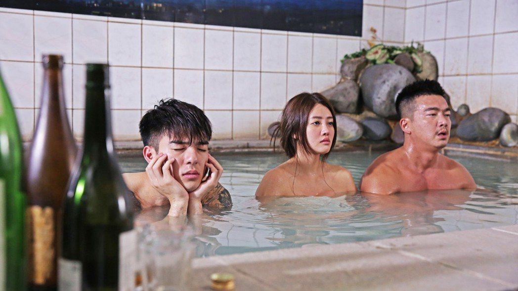 李沛旭(右起)、賴琳恩、陳昊森拍共浴戲。圖/KKTV提供