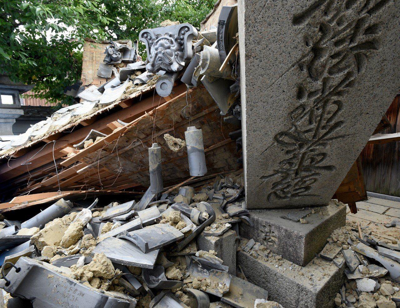大阪府茨木市一座寺廟大門十八日因強震倒塌。 歐新社