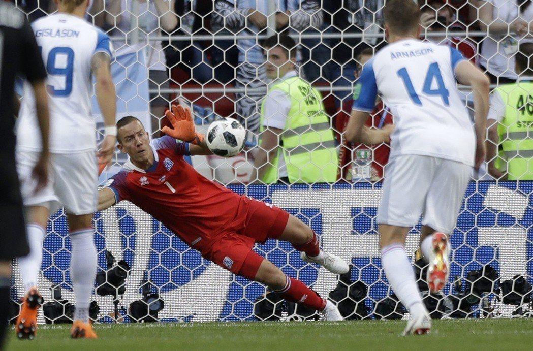 冰島門將荷杜森成功攔球。 (美聯社)
