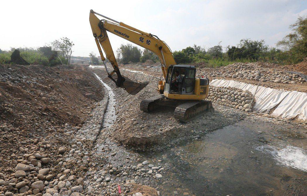 台中市沙鹿南勢溪環境營造工程動工後,既有的堤岸竹林全被砍除。記者黃仲裕/攝影