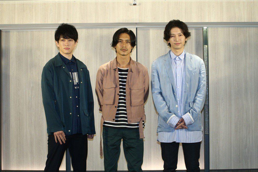 橫山裕(左起)、錦戶亮、大倉忠義接受媒體聯訪。記者蘇健忠/攝影
