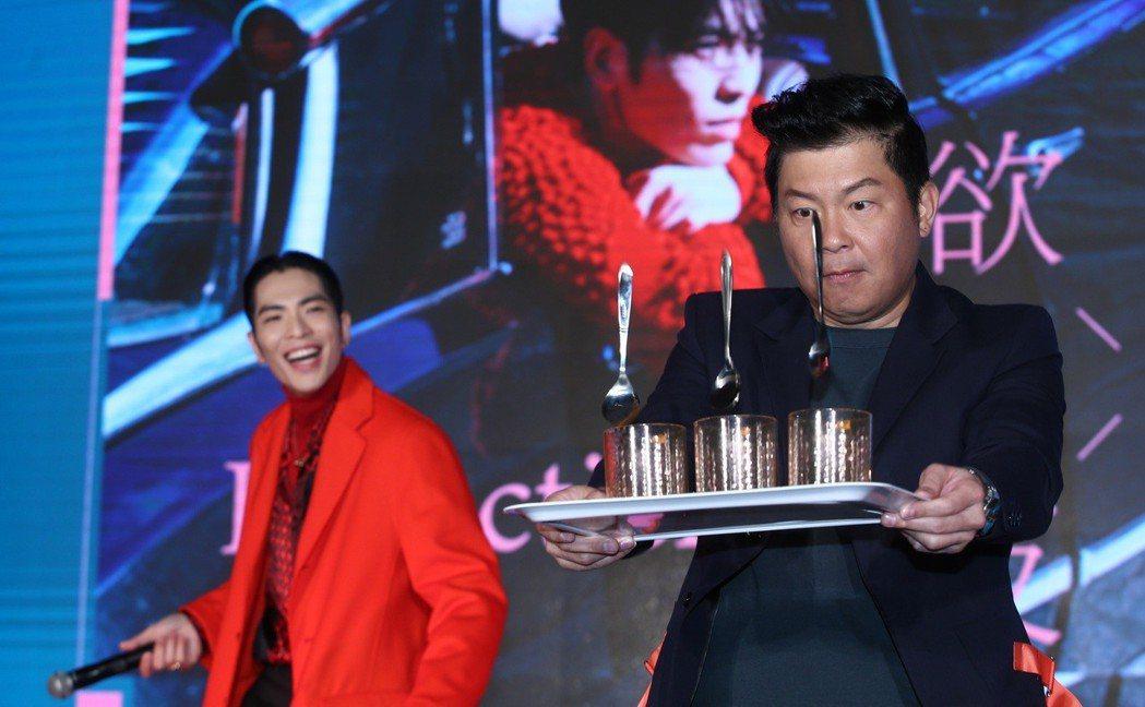 金曲歌王蕭敬騰(左)發片請來曾國城(右)擔任主持人,一起玩遊戲顯示兩人好交情。記...