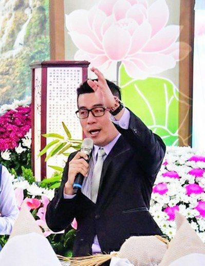 台東市民代表林威志曾任喪禮司儀10餘年,如今台東縣內也只有他能把主持喪禮,當成選...