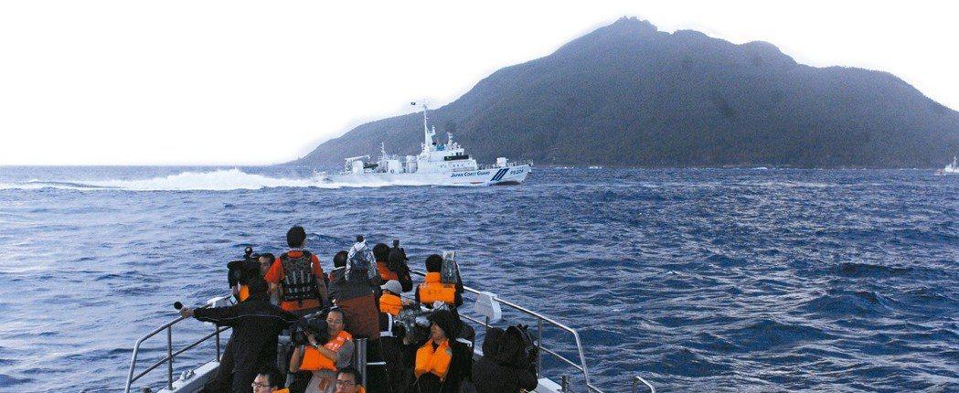 台灣「聯合號」遭日本巡邏船撞沉,保釣聯盟前往釣魚台宣示主權。當船隻接近釣魚台海域...