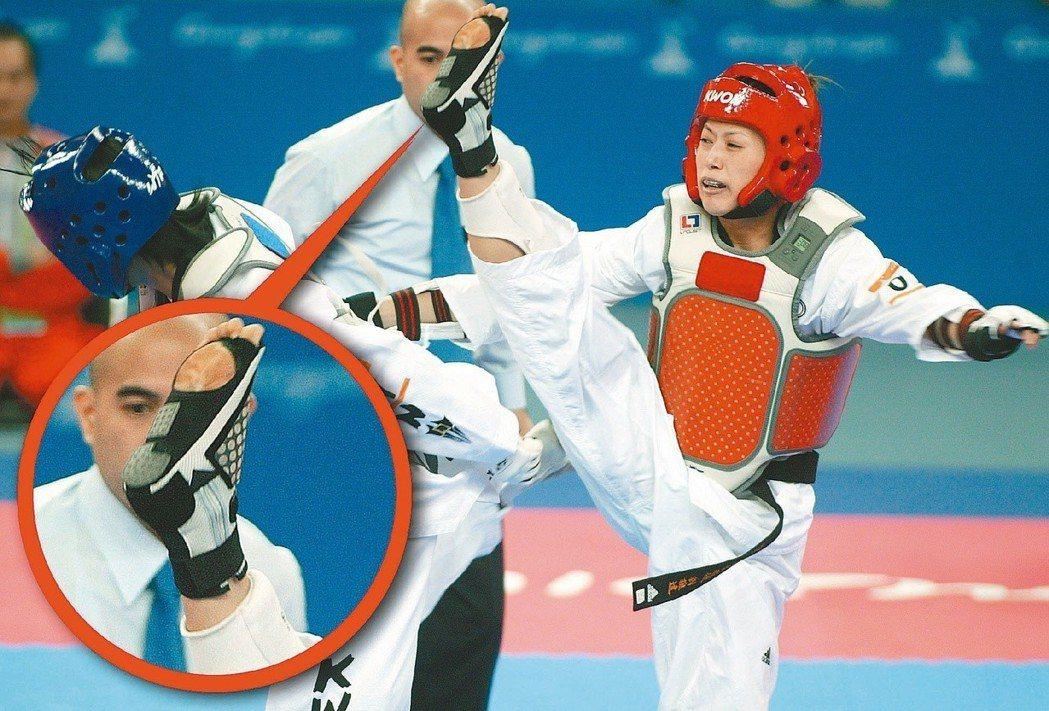 2010年廣州亞運跆拳道賽時,中華隊楊淑君(右)因感應襪的問題遭判失格。 圖/聯...