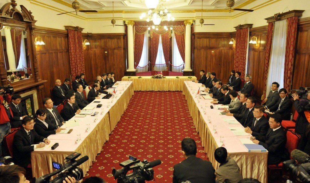 2013年4月10日,台日漁業會談在台北賓館舉行,我方代表(右排)與日方代表(左...