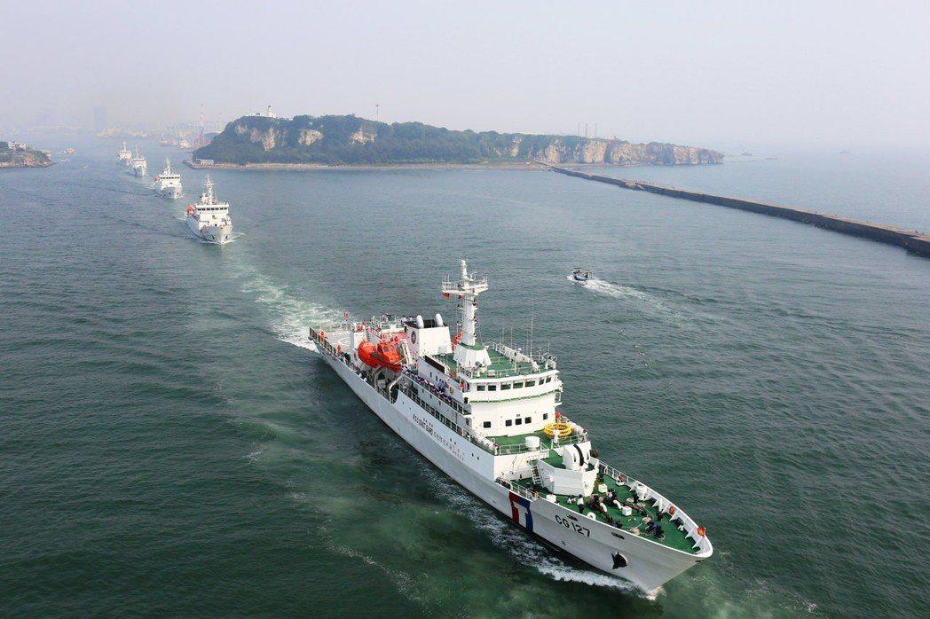 為了維護漁民權益,2013年5月12日海巡署出動台南艦到菲律賓海域護漁。 圖/海...