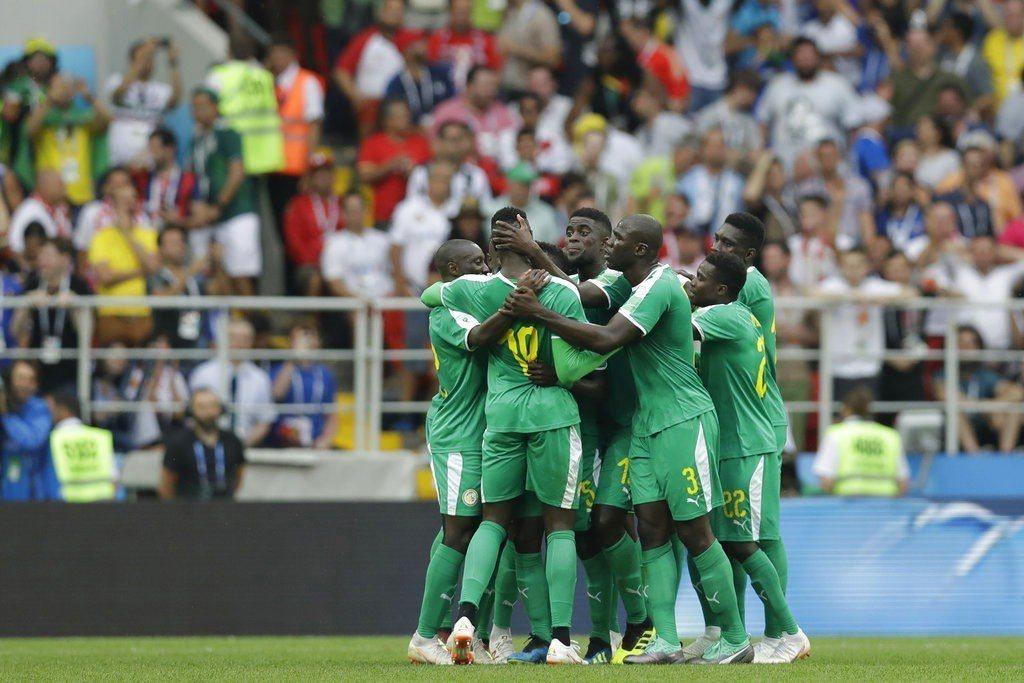 塞內加爾出戰波蘭,塞內加爾率先進球,球員聚在一起慶祝。 美聯社
