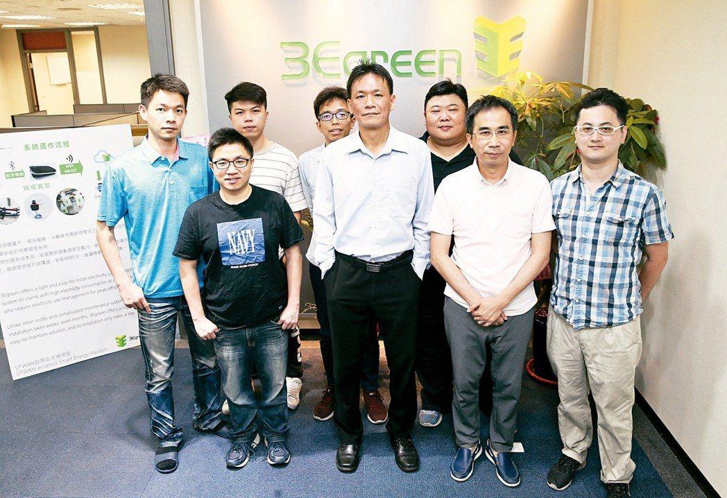 展綠科技執行長吳仁作(中)與研發團隊。 記者杜建重/攝影