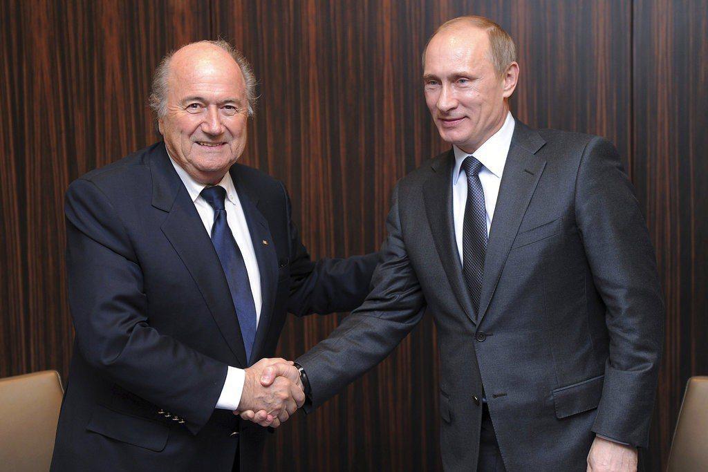 聲譽掃地的國際足球總會(FIFA)前主席布萊特(左)無視禁令,出席世界盃賽事,並...