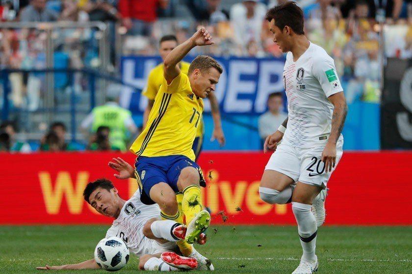 面對南韓的強硬攻防,瑞典同樣踢得火爆,雙方犯規規連連,最後靠罰球決定勝負。 美聯...