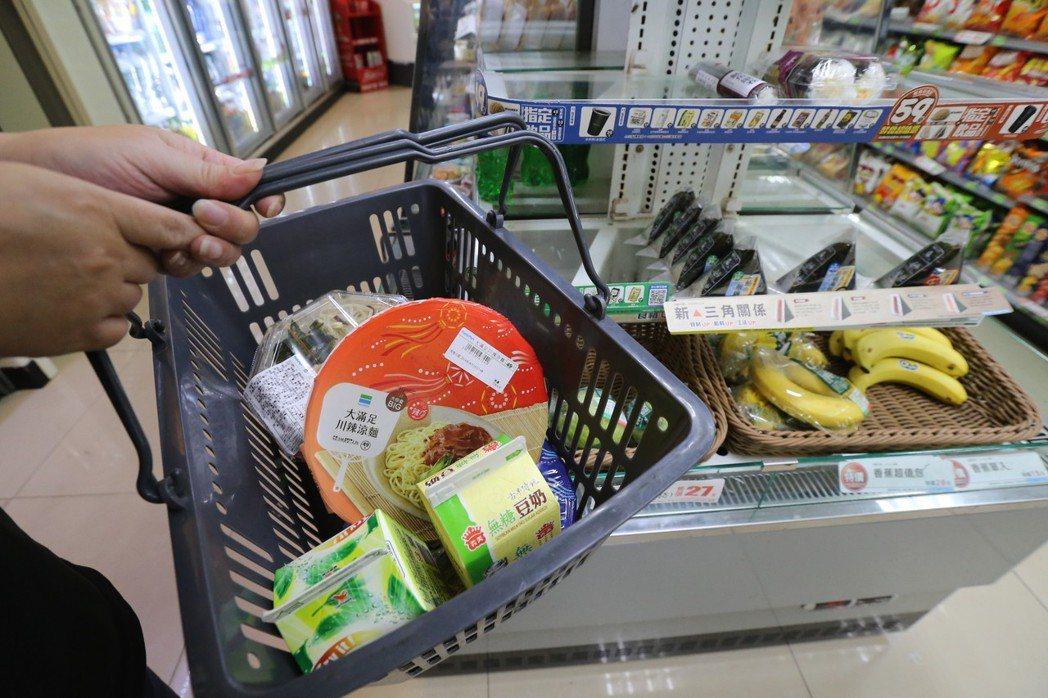 因超商總公司要求加盟各店進貨要大於銷售,導致每天出現沒賣完、須報廢的過期品。 記...