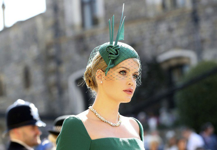 Lady Kitty Spencer在哈利和梅根的婚宴上,以這張「45度仰角」照...