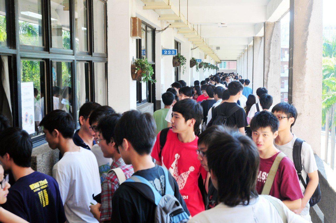 大學指定科目考試,考生們擠在走廊準備進入試場。聯合報系資料照/記者邱德祥攝影