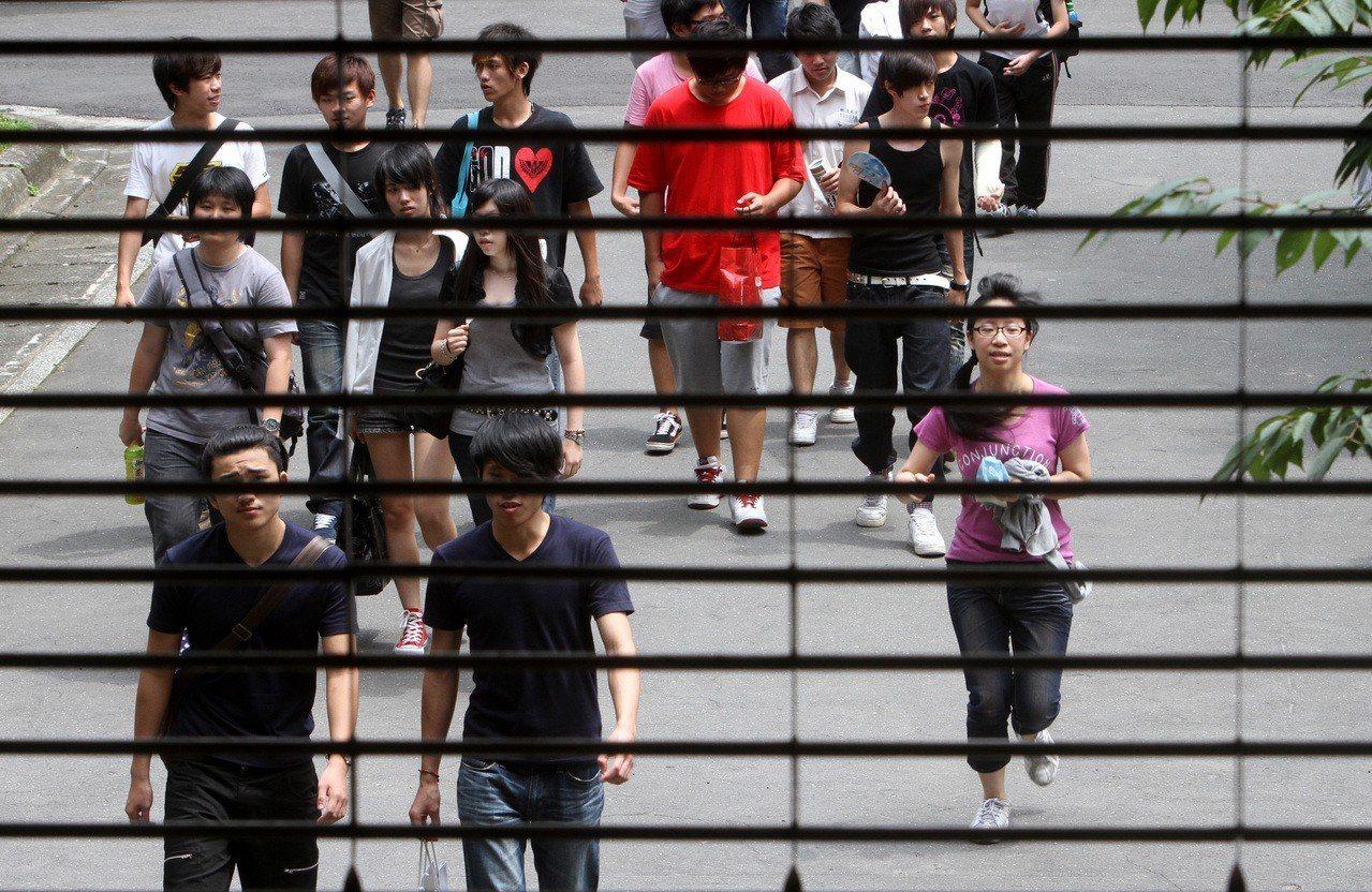 大學指定科目考試後,不少學生將可擺脫高中課業的牢籠,迎向人生下一個重要階段。聯合...