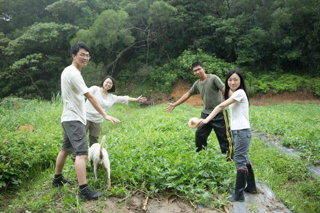 「直接跟農夫買」團隊與西瓜農友徐健燊。圖/金欣儀提供 記者楊萬雲/攝影