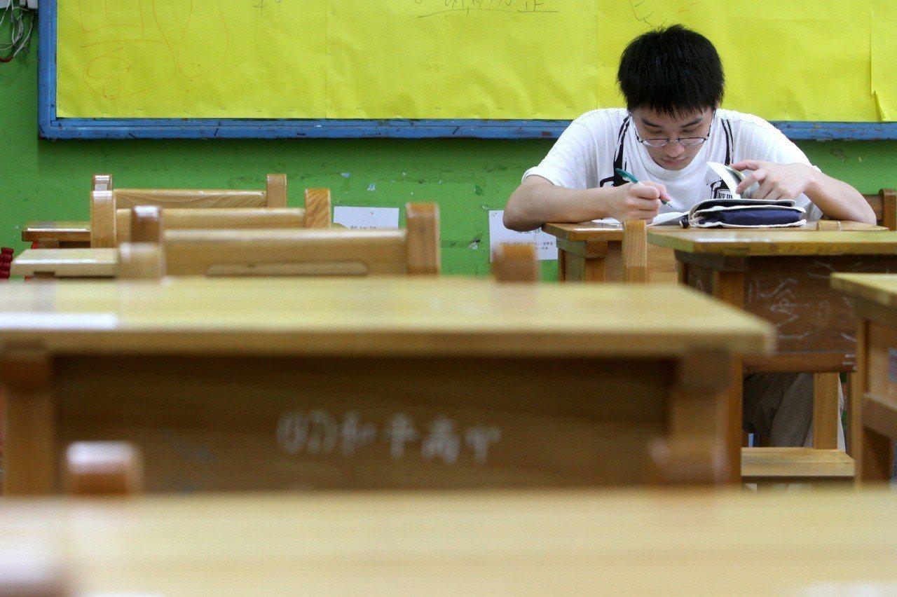 一位考生正在溫習課業。聯合報系資料照/記者胡經周攝影