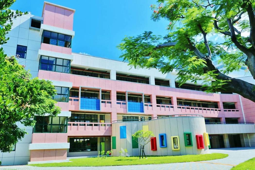 瑞豐國小充滿童趣的校園景統,獲2018年建築園冶獎。 圖片提供/高雄市政府工務局