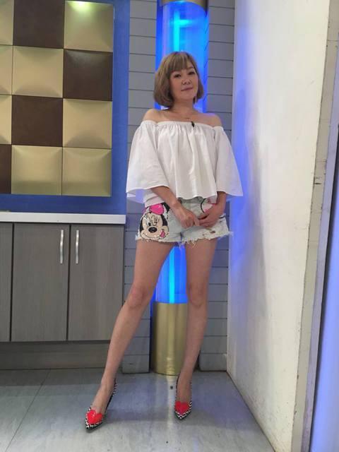 第一代「大嫂團」成員-屈中恆老婆Vicky(童秀娟)今(19)日凌晨在臉書曬出全身照,穿著米妮短褲的她秀出修長美腿,她表示照片可是「零修圖喲!」,還幽默稱「腿真的比臉上相」。網友看了也直讚她的腿好美...