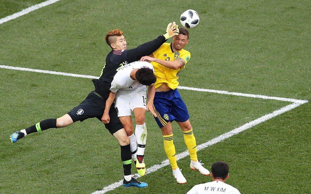 南韓門將趙賢祐,在對戰瑞典之役屢救險球。 歐新社