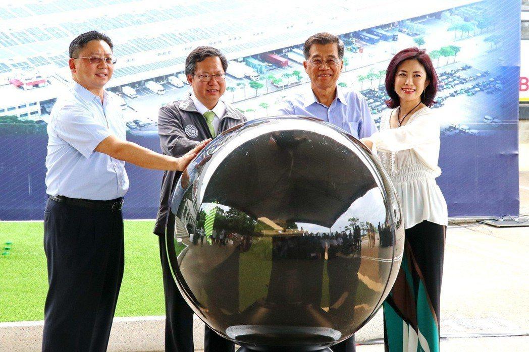 和泰汽車董事長黃南光(右二)、桃園市長鄭文燦(左二)、和泰汽車總經理蘇純興(左一...