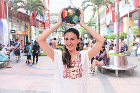 舉球的季茱莉 © 林齊晧茱莉每一次講到「足球」這個詞的時候,腳都會不自覺做「微射...