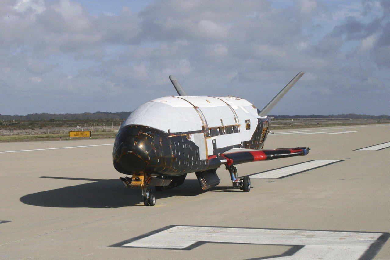 美國總統川普下令展開成立太空部隊的必要步驟。圖為太空總署提供的無人太空飛機X-3...