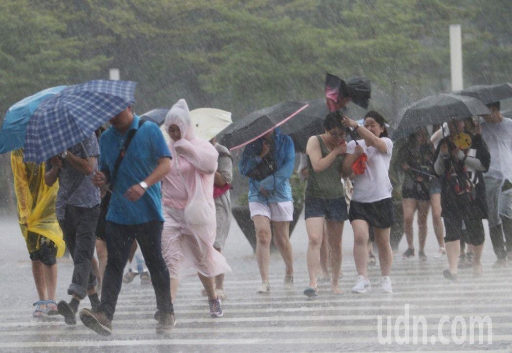 中央氣象局發布嘉南高屏豪雨特報。聯合報系資料照