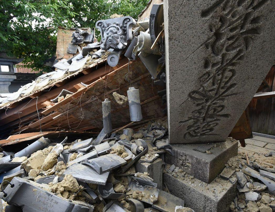 大阪地震,大阪府北部茨木市一戶民宅應聲倒塌。法新社