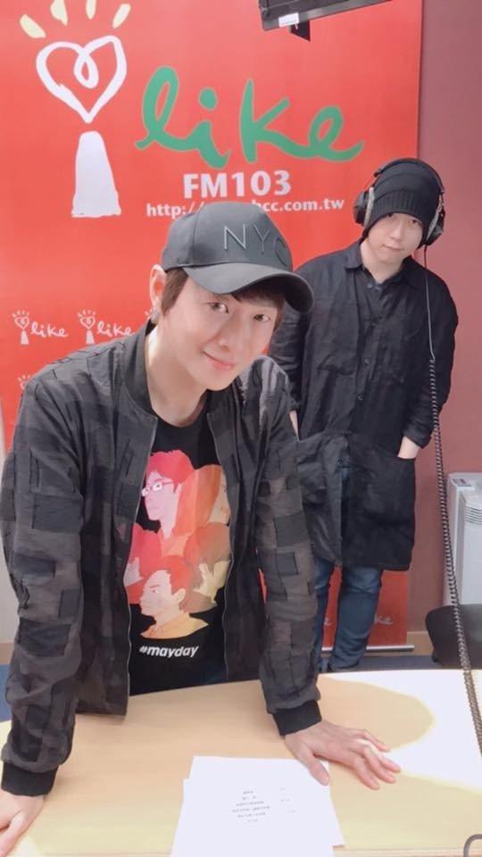 阿信到吳建恆的電台節目當一日DJ。 圖/摘自臉書