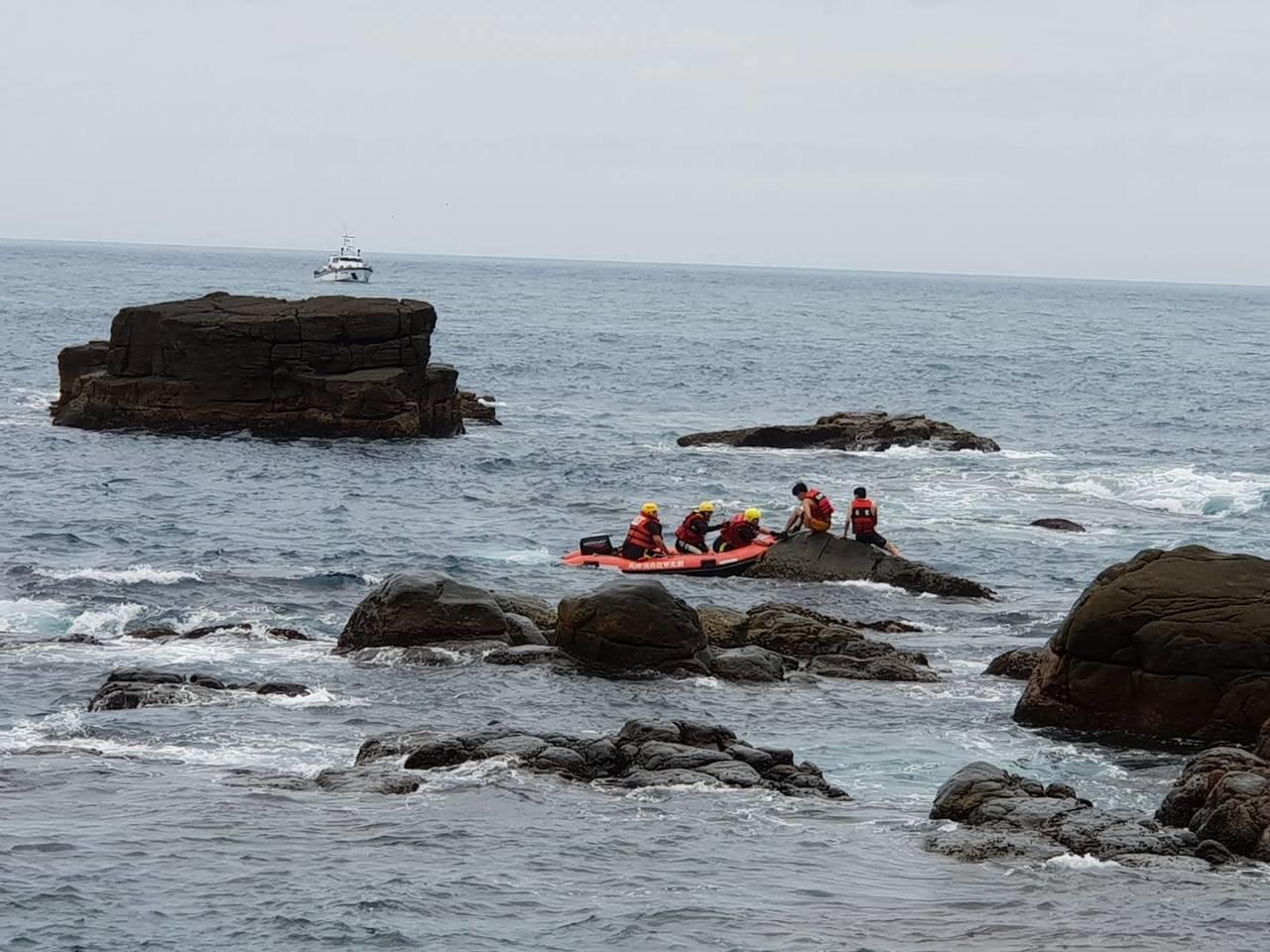 受困民眾身上都有穿著救生衣,已被順利救回。圖/海巡第二岸巡隊