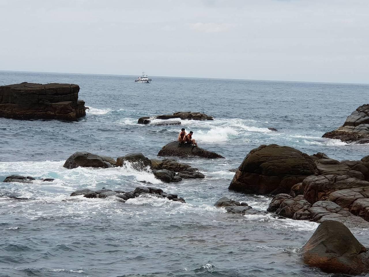 新北市龍洞跳水平台今中午傳出有2名民眾因漲潮受困待援。圖/海巡第二岸巡隊