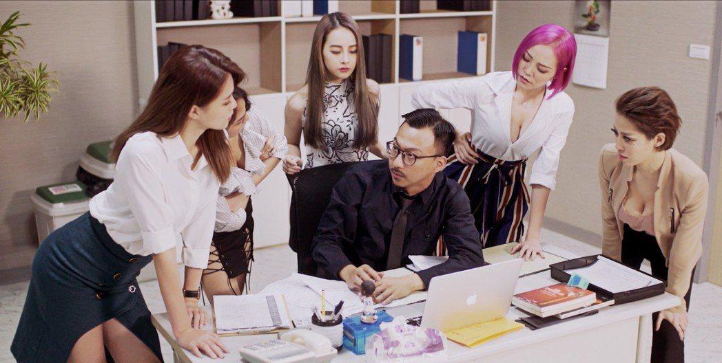 賴慈泓化身小資上班族大唱「I Love My Job」。圖/混血兒娛樂提供