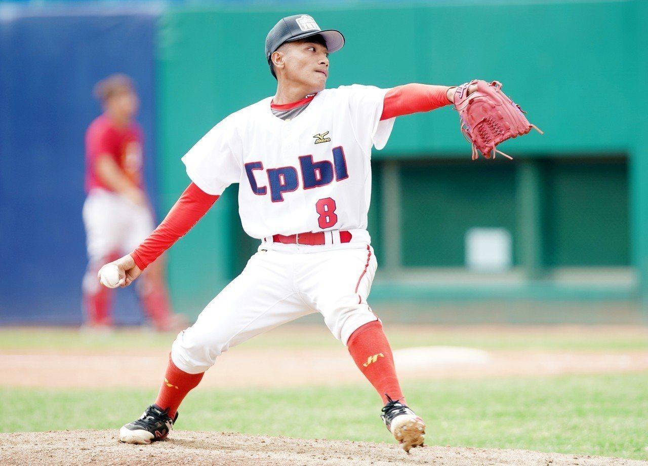 吳俊偉原效力於新北市成棒隊,今年選秀測試會飆出148公里球速,是全場最快,選秀第...
