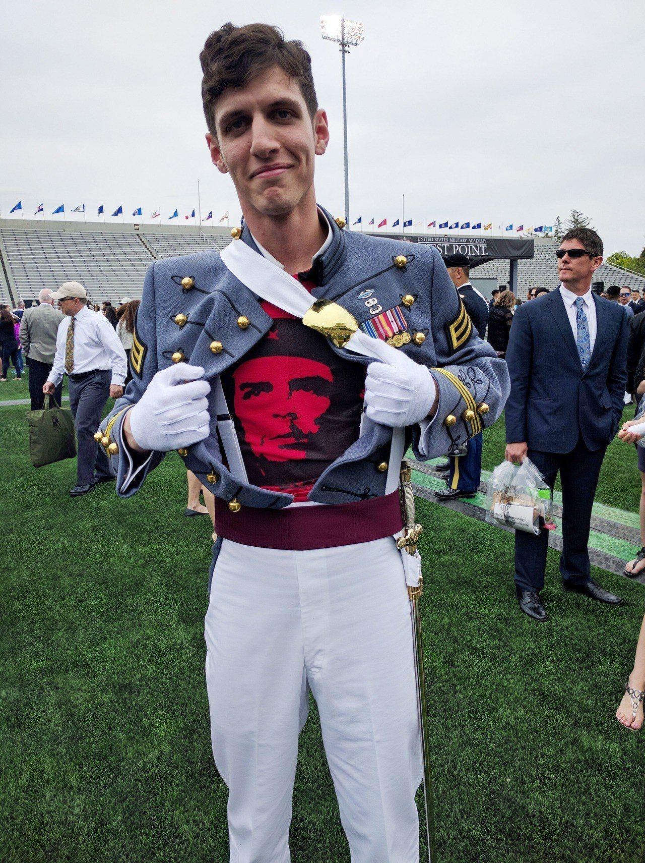 拉彭2016年自西點軍校畢業時,展示穿在制服內的切格瓦拉T恤。 美聯社