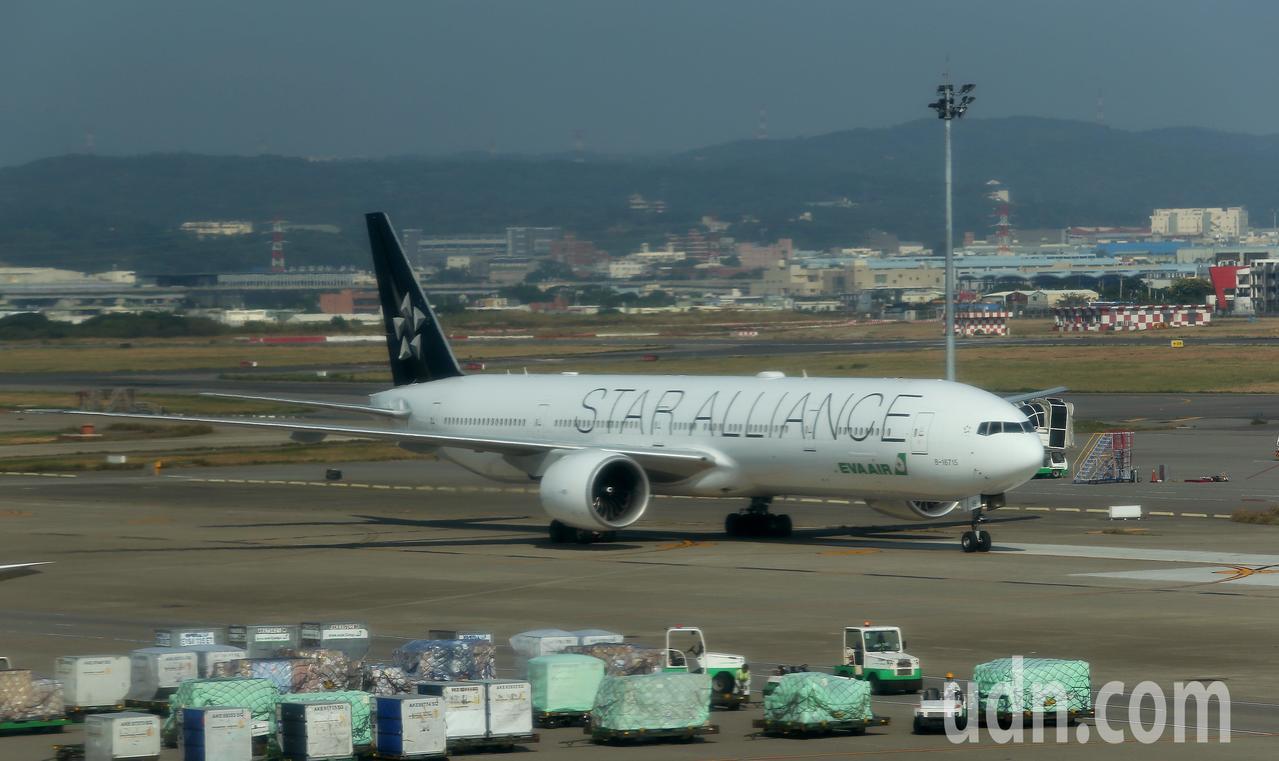 長榮航空公司19日下午調派波音777型客機,取代原先飛航的空中巴士A321型客機...