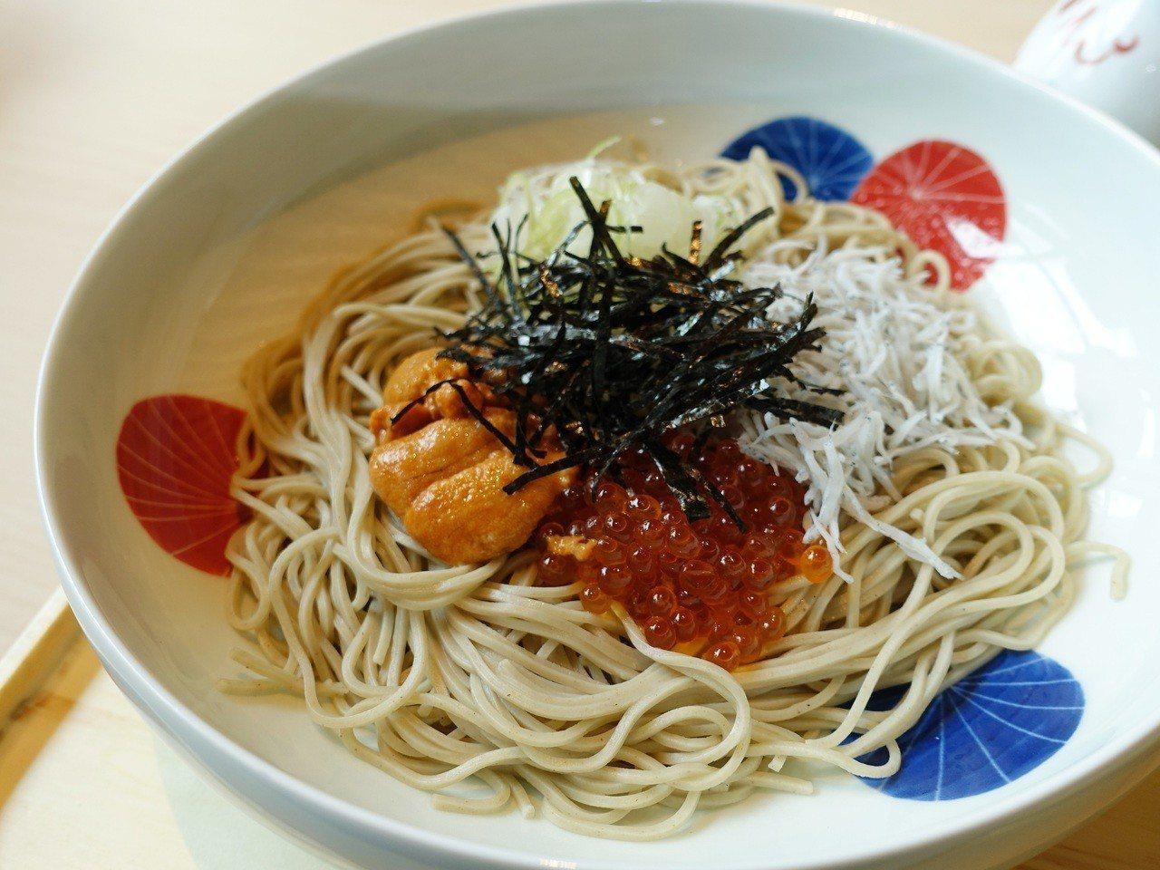 海膽鮭魚卵魩仔魚涼拌麵,售價630元。記者張芳瑜/攝影