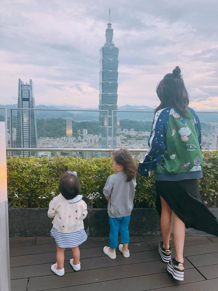 Angel與妹妹咘咘、Bo妞的背影合照,許多人以為她是賈靜雯。圖/摘自臉書