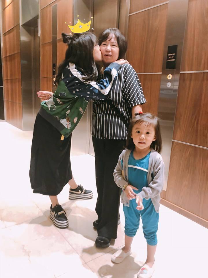 Angel與家人慶生。圖/摘自臉書