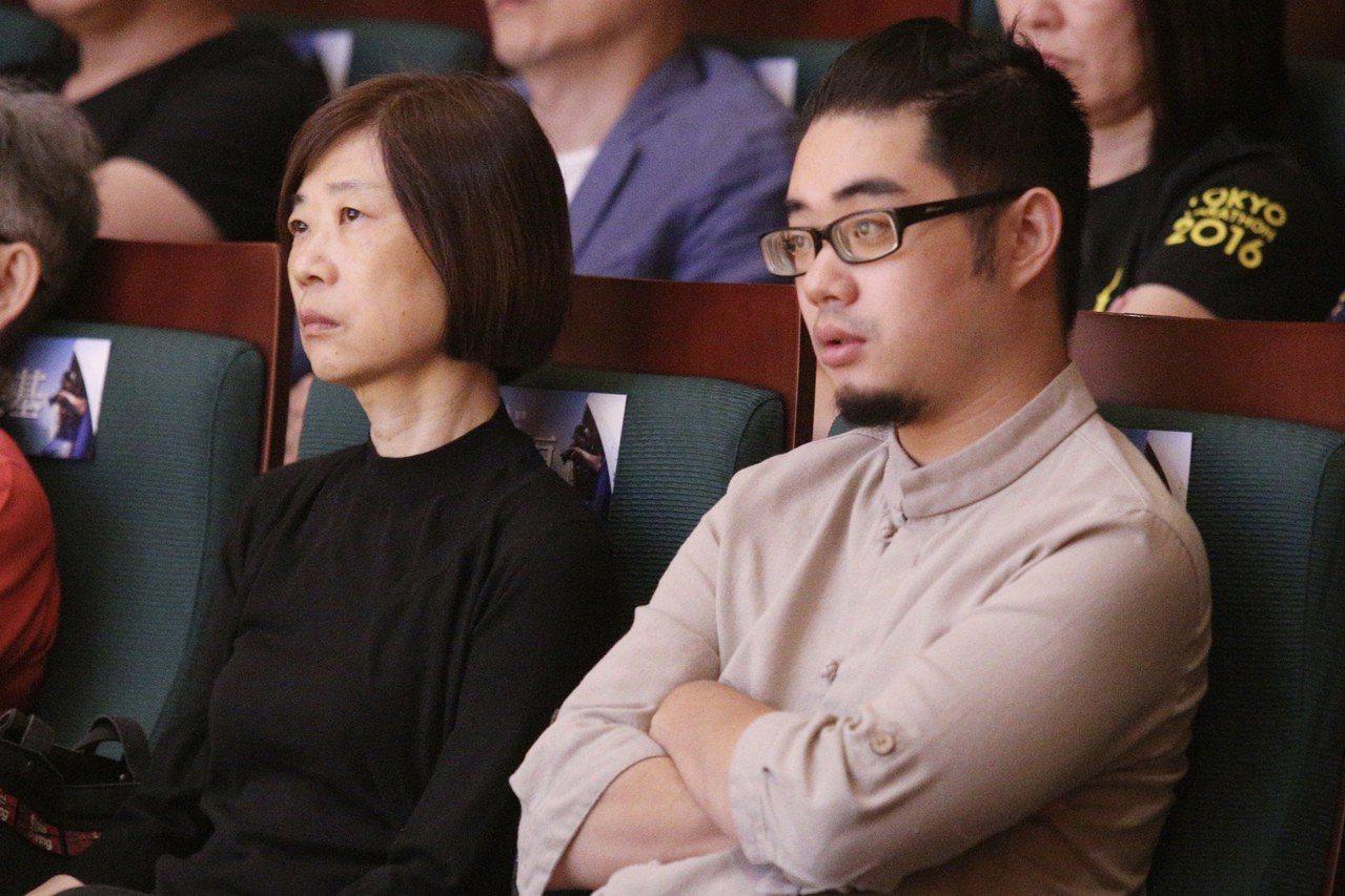 齊柏林逝世週年紀念講座,齊柏林遺孀姜緗潔(左)與兒子齊廷洹(右)出席。記者林伯東...