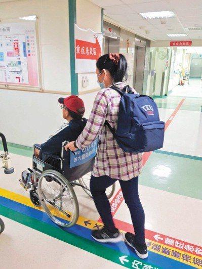 專家分析,老病人愈來愈多,而子女能自己完全照顧的人變少,看護愈來愈難找。圖/聯合...