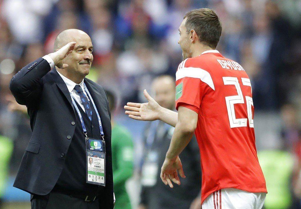 俄羅斯久巴(右)踢進球隊的第三球,教頭也對他致敬。 美聯社