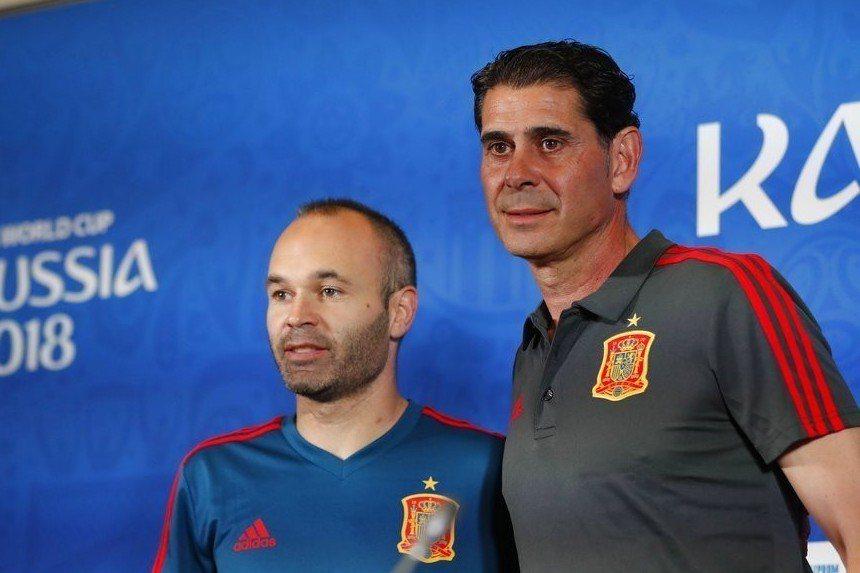 西班牙主帥耶羅(左)與老將伊涅斯塔出席賽前記者會。 美聯社